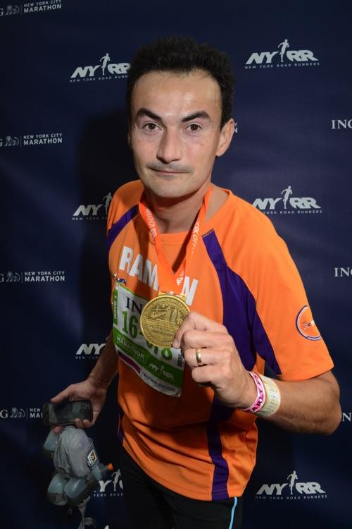 New York Marathon voor KiKa - Ramon de la Fuente met trotse medaille