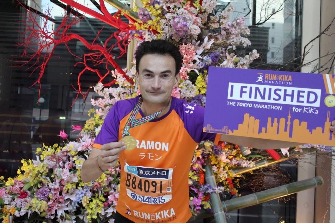 Ramon de la Fuente met de medaille van de Tokyo marathon voor KiKa