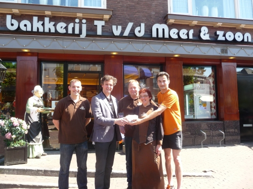 Eerste Run4KiKa brood uitgereikt aan Wethouder Boeve bij bakkerij T vd Meer