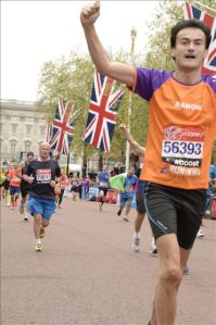 London Marathon KiKa Ramon de la Fuente - Juichend bij Buckingham Palace