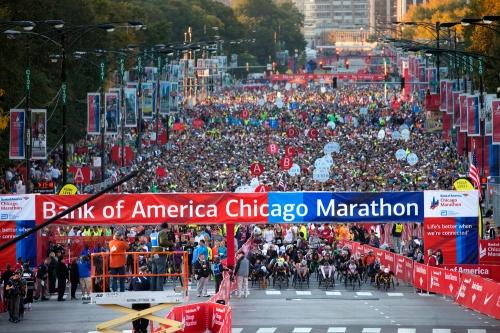 Duizenden hardlopers bij de start van de Chicago Marathon