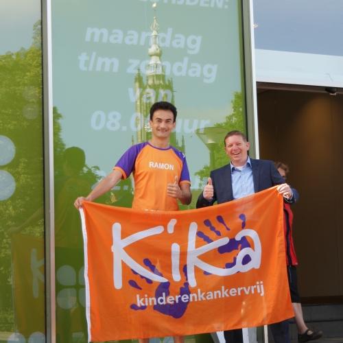 Plus Amersfoort Supermarkt zamelt succesvol in voor KiKa. Bedrijfsleider Merijn van Elsäcker en Marathonloper Ramon de la Fuente