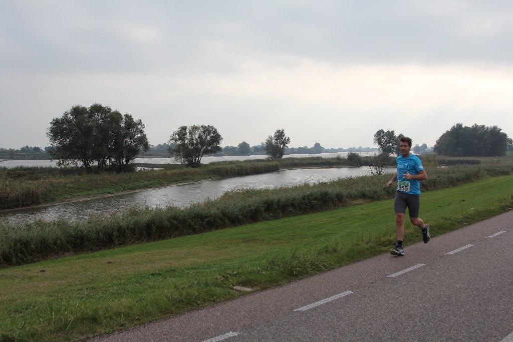 Herfstloop Lopik hardloopwedstrijd op de dijk langs de Lek
