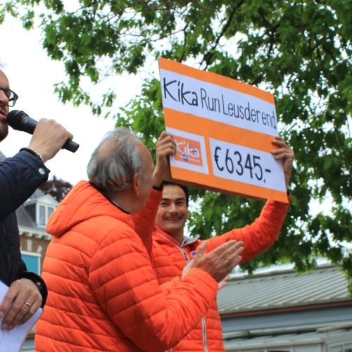Cheque voor KiKa bekendmaking sponsorgeldbedrag KiKa Run Leusderend