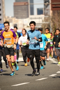 Afzien van Ramon de la Fuente tijdens de Tokyo Marathon voor KiKa.