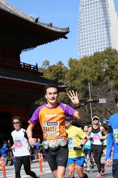 Ramon de la Fuente tijdens de Tokyo Marathon voor KiKa
