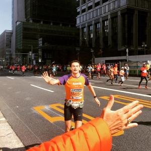 High-Five! Ramon de la Fuente loopt de Tokyo Marathon voor KiKa.
