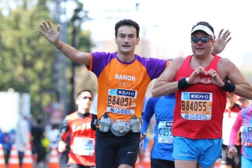 De finish is in zicht voor Ramon de la Fuente tijdens de Tokyo Marathon voor KiKa.