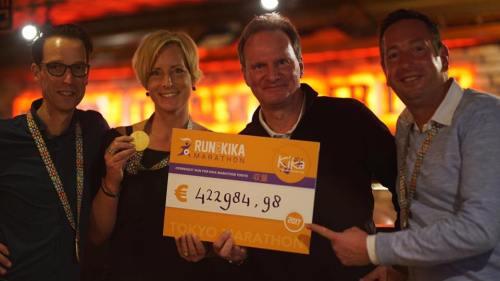 Frits Hirschstein ingezameld bedrag voor KiKa door Tokyo Marathon.