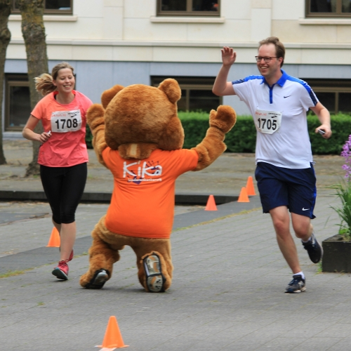 KiKa Run Leusderend finish-foto met KiKa beer