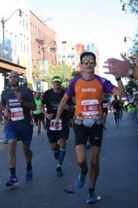 Chicago Marathon voor KiKa. Ramon de la Fuente high-fives bij het Cheer punt.