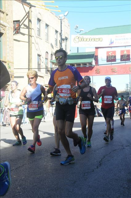 Chicago Marathon voor KiKa: in Chinatown loopt Ramon de la Fuente.