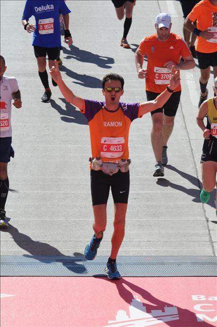 Finish van de Chicago Marathon voor KiKa van Ramon de la Fuente.