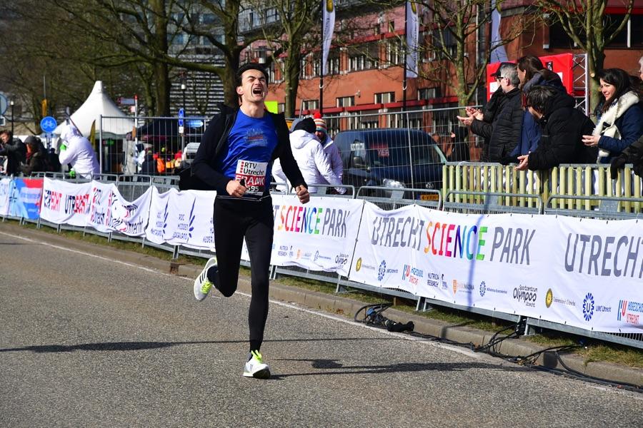 Utrecht Marathon: met verzuurde benen gaat Ramon de la Fuente over de finish op de 10km
