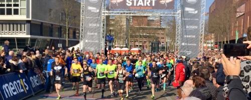 De start van de Enschede marathon 2019