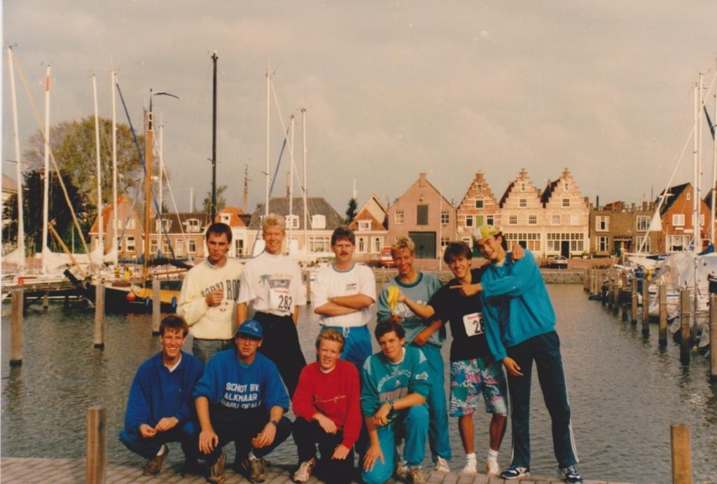 Het RSG Noord Kennemerland estafette team voor vertrek - IJsselmeer Estafetteloop 1989
