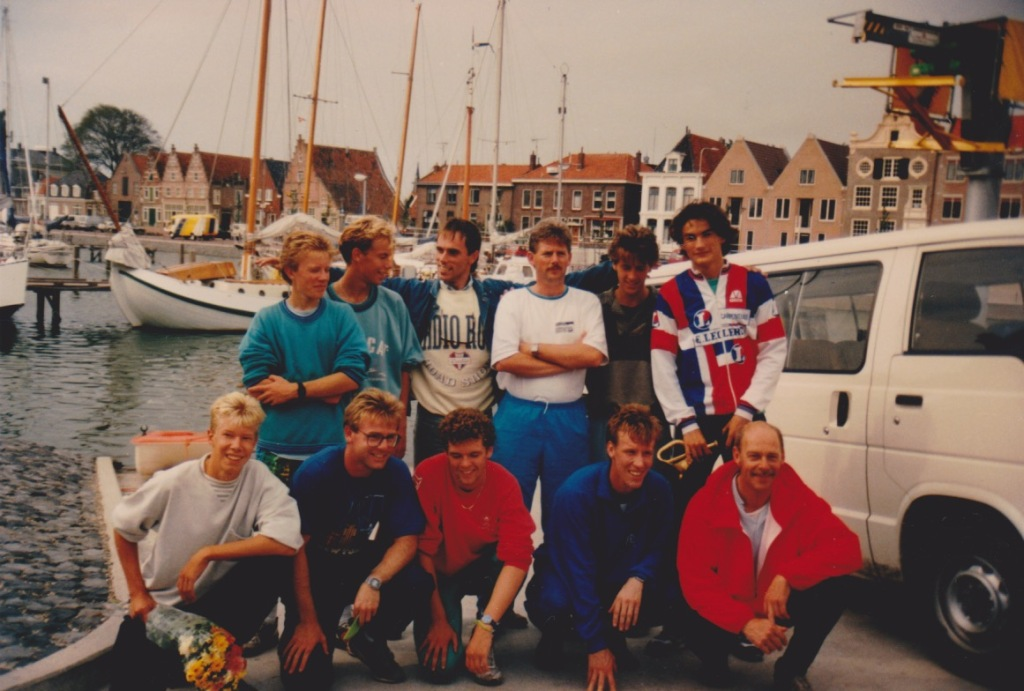 Finishfoto van de IJsselmeer estafetteloop in Medemblik 1989. Team RSG Noord Kennemerland.